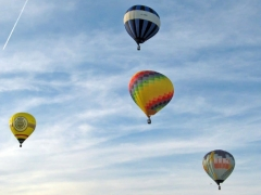 Let balónem nebo tandemový seskok jako dárek? Proč ne?